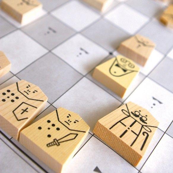 Pacly『かおのある将棋』は、初心者の方やお子さま、漢字に馴染みのない外国の方にもお楽しみいただける将棋です。コマの特徴をキャラクター化し、本将棋の基本ルールである「動ける方向」を衣装の一部として配してあるのが「かおのある将棋」の特徴です。卒業や入学のお祝いやプレゼントに、木のおもちゃを贈りませんか?内容:将棋コマ40個/家型収納箱/ペーパー将棋盤/説明書Creema限定で将棋の駒キーホルダーをお付けします(駒の種類は届いてからのお楽しみ!)。Made in Japan海外のボードゲームフォーラム「Board Game Geek」や、将棋専門マガジン「駒.doc」でも紹介され話題になったデザイン将棋が、Creema限定のおまけ付きで登場!海外発送も対応いたします。ご希望の方は発送先を明記の上お問い合わせください。