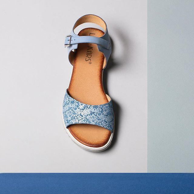 Delikatne, błękitne sandałki i zwiewna sukienka w letni dzień - połączenie idealne! 🌸 🔎: D364-L-60 #shoes #sandals #lankars #cracow #lackorona #blue #white #grey #flatlay #shoesinsta #shoestagram #instashoes #style #fashion #fashioninsta #woman #feminine #flowers #summer #comfortable