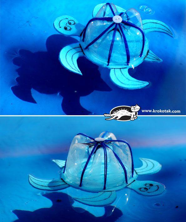 Drijvende waterschildpadjes met onderkant plastiek flessen