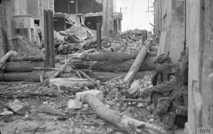 Canadian troops of 'B' Company, The North Shore regiment, dans la Rue Canet à Saint-Aubin-sur-Mer. On distingue dans le fond le WN27