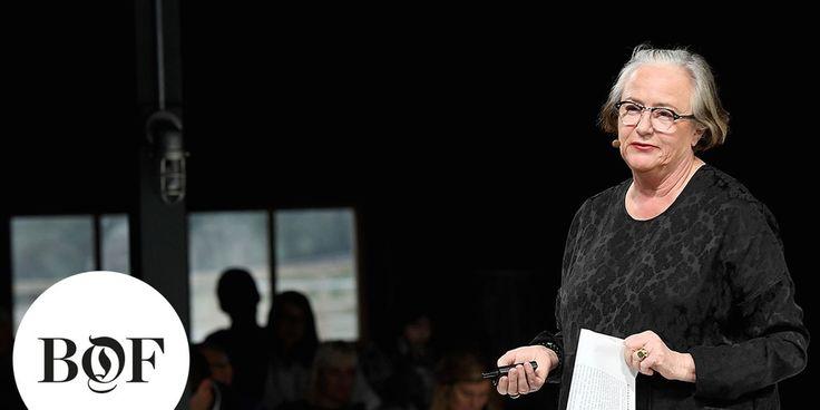Lidewij Edelkoort intoduceert haar manifest over dat mode dood is. Mensen zijn de mooiheid van de mode kwijt en het wereldje is kapot aan het gaan.