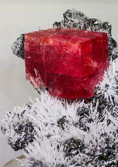Uma linda Rodocrosita vermelha com Quartzo.