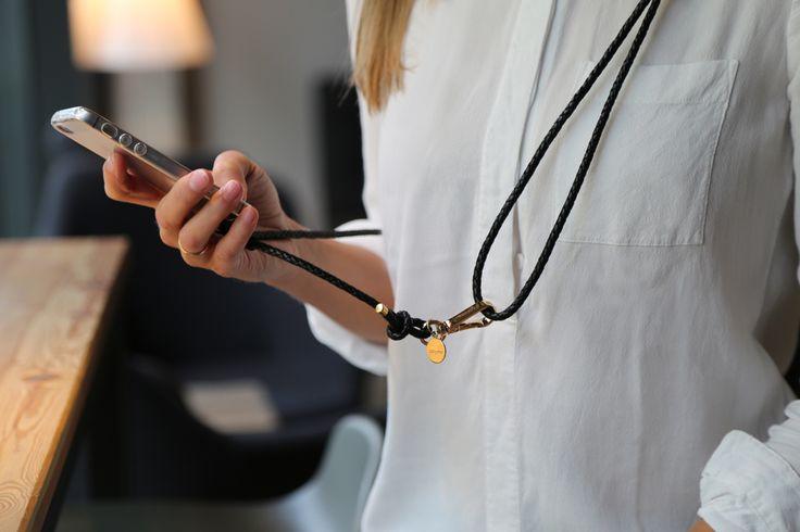 Unser neues iPhone case zum umhängen ist einfach praktisch und stylish. An einer eleganten Lederkordel befestigt ist das Telefon jetzt immer griffbereit.  crossbody iPhone case with black leather cord by Lapàporter