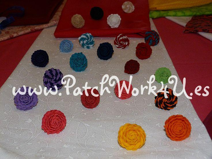 Ves a la moda con el anillo en forma de rosa moderno y original. Demuestra que tienes la primavera en tus manos. Están disponibles en todos los colores y también en combinaciones de dos colores. Combínalos con todas tus prendas de vestir.  Pide tu anillo del color que tú prefieras en www.patchwork4u.es
