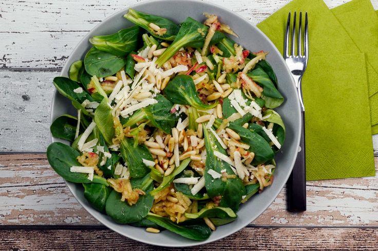 Winter-Feldsalat mit Äpfeln, Parmesan und Pinienkernen - Gaumenfreundin - Foodblog aus Köln mit leckeren Rezepten von der schnellen Küche bis Low Carb