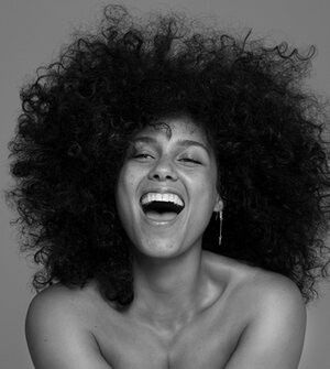 Loving how the beautiful Alicia Keys rocks her natural curls freely without worrying about perfect curls or a little frizz here and there. #embracethefrizz #loveurself #loveurcurls