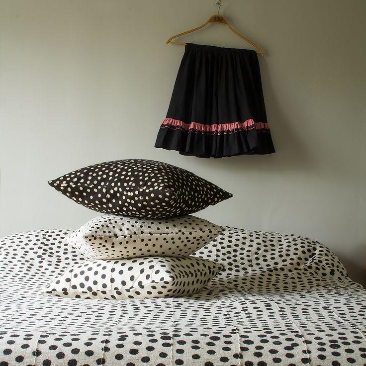 Land: Mali<br>Mått: ca 170x250 cm, 250x250 cm<br>Material: 100 % bomull<br>Design: AfroartStudio<br>Tvättråd: kemtvätt