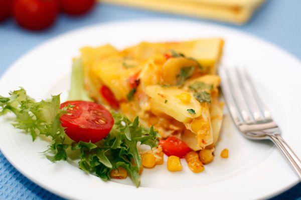 Испанская тортилья, в отличие от мексиканской, представляет собой что-то среднее между омлетом и запеканкой. В ней обязательно присутствует тонко нарезанный картофель, яйца и овощи. Очень хороший вариант для завтрака.