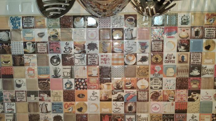 Интерьер современной кухни, необычный кухонный фартук из мозаики