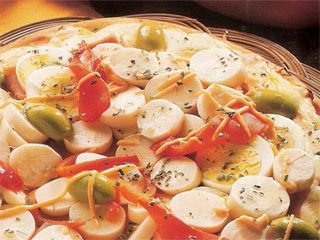 Pizza con palmitos, one of my favorite pizzas in Argentina, though I never had the palmitos sliced on my pizzas - they were always halved or quartered the long way.