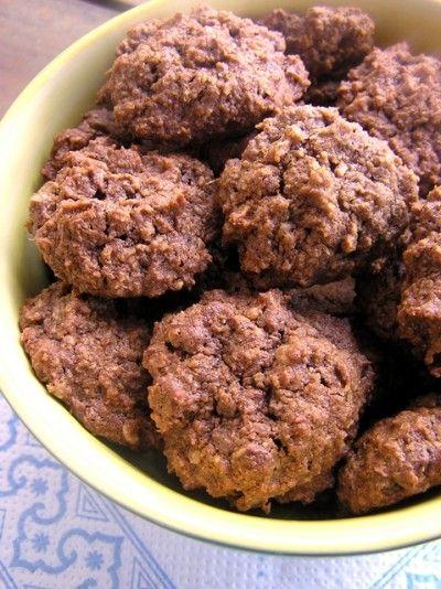Csokoládés-kókuszos keksz 2013 január 14.  Hozzávalók  10 dkg puha vaj 2 evőkanál méz 1 teáskanál vaníliakivonat 10 dkg teljes kiőrlésű lisz...