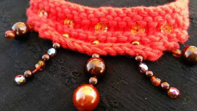 Collier tricoté en coton mercerisé orné de perles et de paillettes.