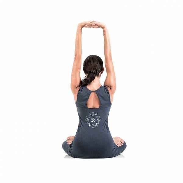 """CANOTTA YOGA WOMAN - ENRGIA: lunga, elegante e femminile, con spalla larga, scollo a V, taglio sagomato sotto il seno e scollatura simmetrica sulla schiena. Disegno originale """"Energia"""" con OM centrale serigrafato sul retro in posizione centrale. Comoda e versatile, pensata per tutti i tipi di pratica yoga. Per tutti gli sport e la danza. #WearEssential #YogaEssential #yoga #canotta"""