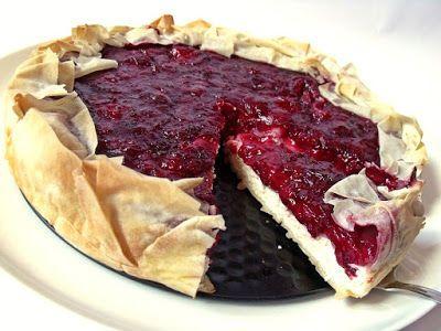 Hozzávalók 24 cm-es tortaformához  1 csomag (2x2) mirelit vagy friss réteslap  A cseresznyés töltelékhez 1000 g cseresznye (szezonon kívül mirelit is lehet) 3-4 evőkanál cukor…