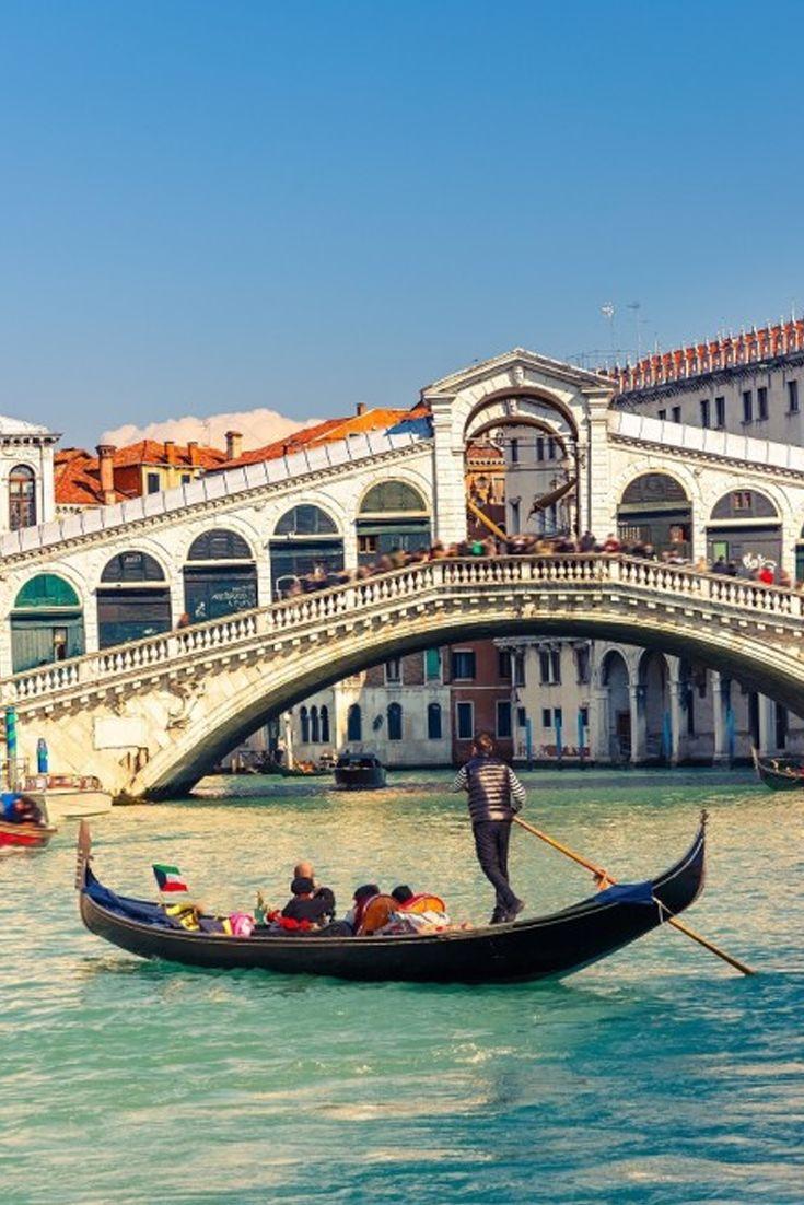 Veneto, een prachtige bestemming in Italië. Ook de iconische gondels zul je in deze sprookjesachtige locatie vinden. Vertrek in het najaar met prijzen v/a €143 La Bella Italia: https://ticketspy.nl/?p=122542