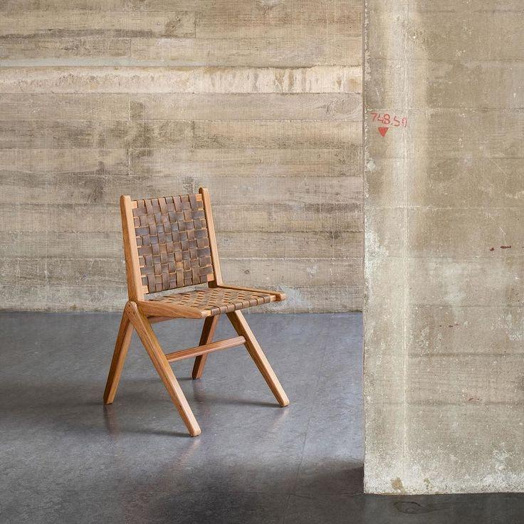 A Cadeira Cm-9 é executada em madeira cumaru na cor amendoim com acabamento em goma laca indiana com encosto e assento trançados em couro ou algodão natural. A peça é para uso interno permitindo uso externo aberto coberto protegido de chuva e sol. Do arquiteto e designer Carlos Motta para a coleção Mestres da Marcenaria da Tok&Stok #RevistaHabitare #TokStok #MestresdaMarcenaria #design #decor #decoração #decoration #interior #interiordesign #designdeinteriores #arquiteturadeinteriores…