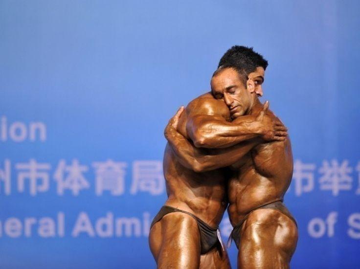 Deux bodybuilders s'enlacent à l'occasion des 46èmes championnats de bodybuilding en Chine.