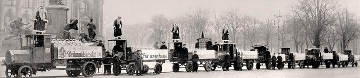 Die Heilsarmee verteilt in Berlin zu Weihnachten Anfang des zwanzigsten Jahrhunderts 3.000 Lebensmittelkörbe an die Bevölkerung