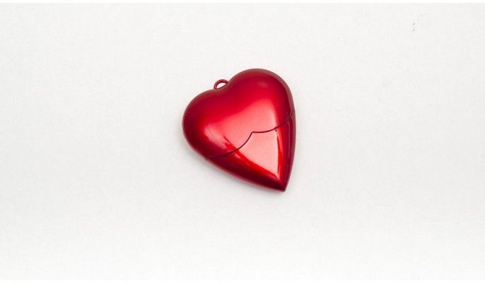 Stunning red heart 8GB USB. Not only does this USB look cool but it will hold all your assignments with room left for photos & music. Attach it to your matching ID cover so you always have it handy. www.2kool4skool.com.au
