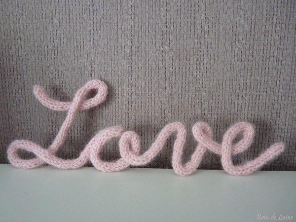"""Voici ma participation au Défi """"Fil rose"""" qu'organise Grain de Peau [Laine] dans le cadre de la campagne contre le cancer du sein. Le mot love réalisé au tricotin. J'ai réalisé une longueur en tricotin. J'ai formé le mot love en fil de fer puis je l'ai..."""