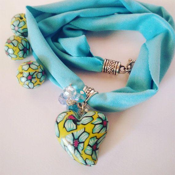Coloratissimo bracciale in morbida fettuccine elastica, a più giri, indossabile anche come collana girocollo, con un bellissimo pendente