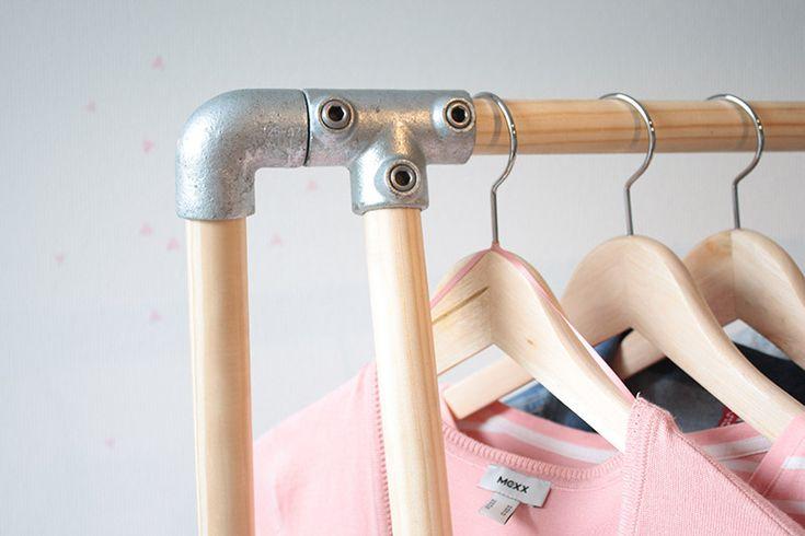Een kledingrek komt altijd van pas. Voor in de logeerkamer of om je mooiste spulletjes aan te hangen in de slaapkamer. Het is niet zo moeilijk om zelf een