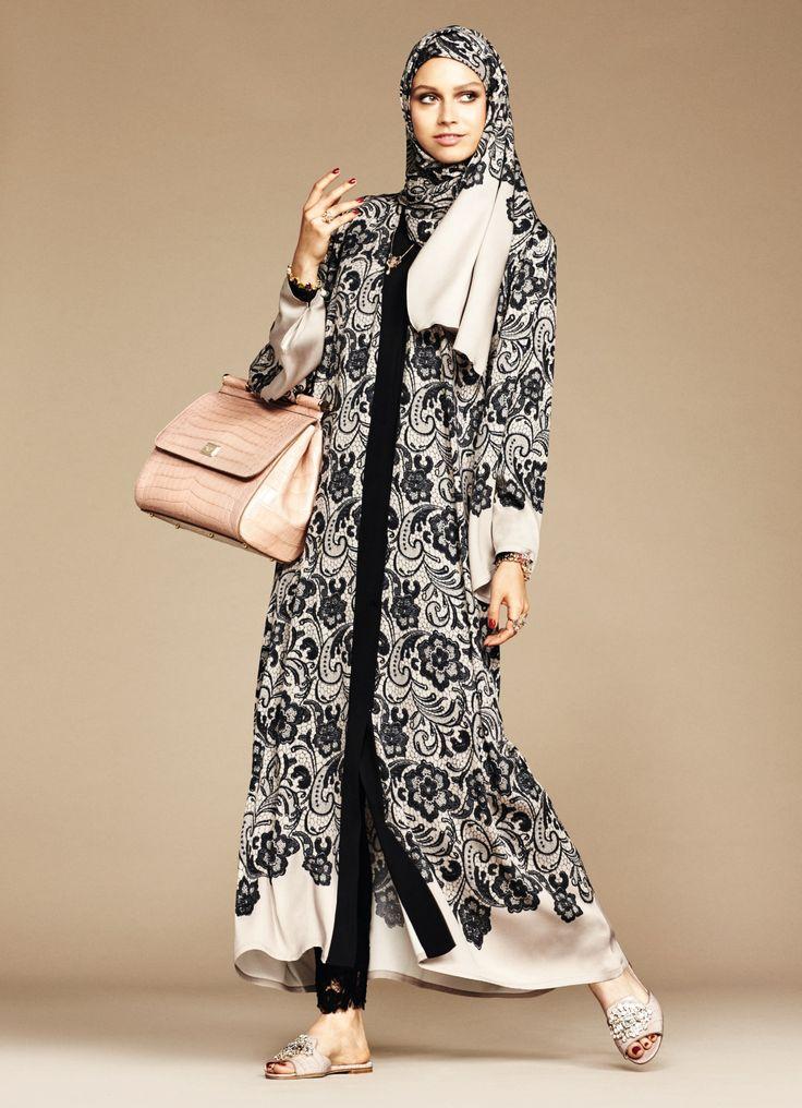 La marque italienne Dolce & Gabbana va proposer des voiles et des tuniques islamiques. Elle veut conquérir la riche clientèle du monde musulman. Cette collection « Abaya » est pensée comme une « rêverie à travers les dunes du désert et les cieux du Moyen-Orient : une histoire de vision enchanteresse autour de la grâce et de la beauté des …