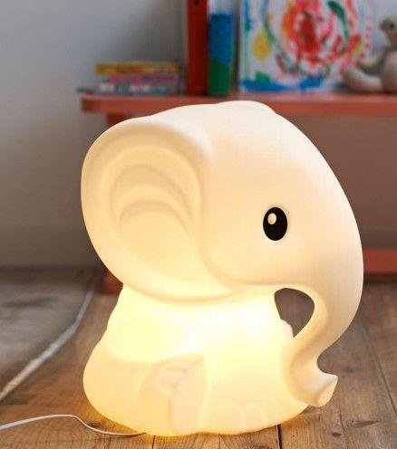 Vrai objet déco le jour, l'éléphant anana se transforme en veilleuse dès la nuit tombée.