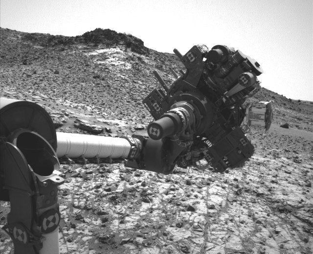 La NASA ha confermato che il Mars Rover Curiosity ha ripreso a lavorare dopo il problema dovuto a un corto circuito transitorio di fine febbraio che aveva spinto il controllo missione a bloccarne l'attività. In particolare, il braccio robotico che era stato bloccato ha potuto finalmente depositare il campione di roccia polverizzata nell'interno di Curiosity per procedere alla sua analisi. Leggi i dettagli nell'articolo!