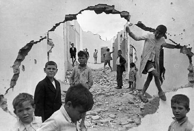 Henri Cartier - Bresson es uno de los padres del fotoperiodismo. Fue un pionero en la utilización de nuevos formatos en la fotografía. En esta ocasión, retrata a unos niños jugando en unas ruinas en Sevilla en 1933.