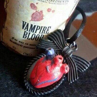 Collana con ciondolo cammeo con cuore anatomico realizzato interamente a mano in stile rockabilly horror dark gothic zombie splatter halloween vittoriano pin up