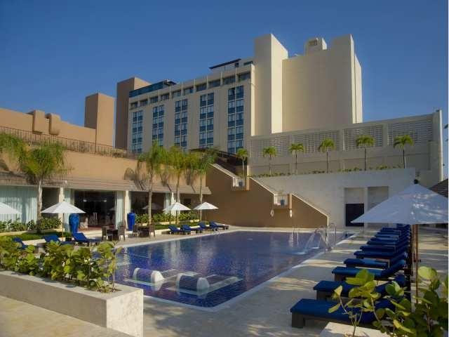 """BARCELO SANTO DOMINGO    Reserve el Barcelo Santo Domingo    """"Este hotel 5 estrellas es la opción perfecta para viajes de negocios, ya que esta situado estratégicamente en el centro de Santo Domingo""""    Durante muchos años conocido como Barcelo Lina Spa & Casino , el Barcelo Santo Domingo está situado en el centro de Santo Domingo capital de la República Dominicana, es uno de los hoteles con más tradición y prestigio de la ciudad."""