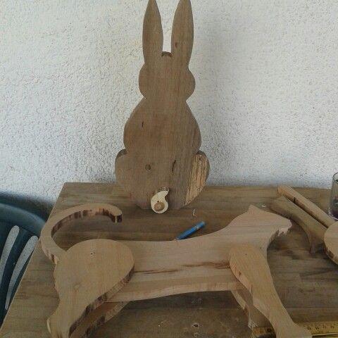 Gatto e coniglio in legno fatti a mano