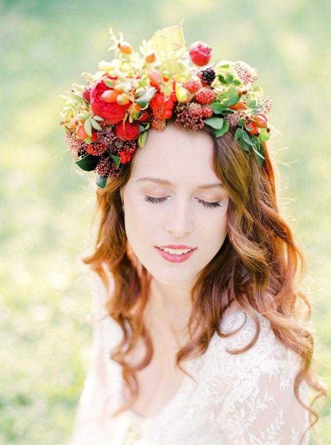 En oversized floral crown i utsläppt hår