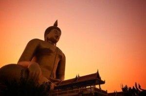 Tempio buddista al tramonto in Thailandia.