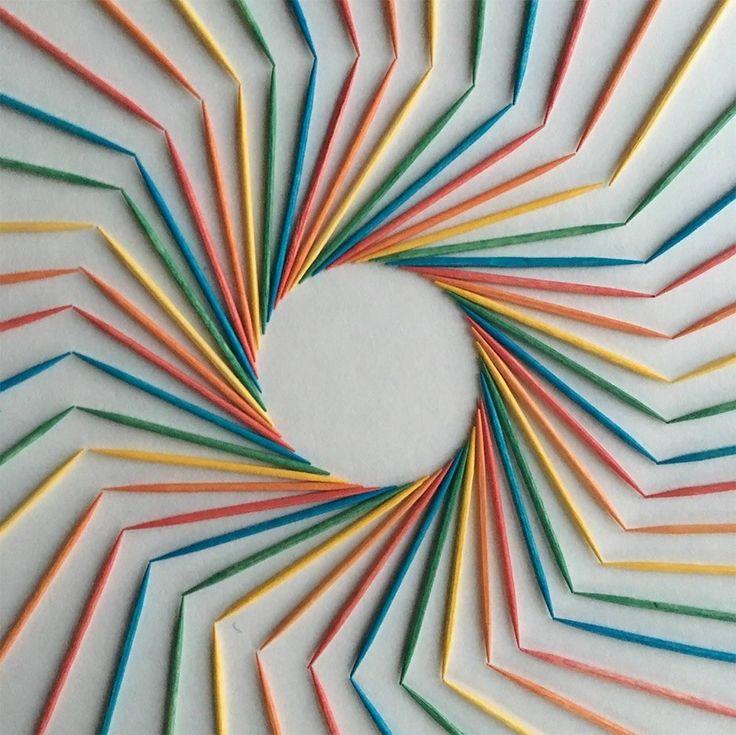 L'artiste Adam Hillman vit dans le New Jersey et il voue une adoration pour les couleurs. Sa passion est si grande que ça en devient presque compulsif. Ainsi, Adam classe, organise, des objets du quotidien et crée des installations éphémères colorées.  Feuilles de papier, céréales, crayons, sucettes, du moment qu'il y a de la couleur, Adam le met en scène dans un beau dégradé. Un rendu graphique et bariolé qui peut vitaminer votre journée si vous le suivez sur Instagram !