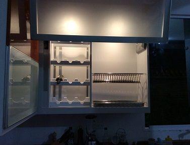 Muebles de cocina aéreos con sistema de apertura Avento HF Blum, sistema de luz cálida, platillero cromado, vinera, puertas en aluminio, vidrio y acabado marrón claro hight gloss. #muebles #mueblesBogota #mueblesAlamedida #mueblesDEdiseño #personalizaTUmueble #mueblespersonalizados #creaTUmueble #imaginaTUmueble #diseñaTUmueble #ideasdediseño #decoración #reformas #mueblesdecocina #cocinasBogota #cocinasintegrales
