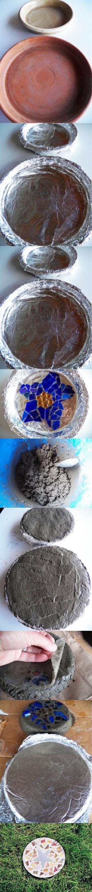 Baldosas de cemento decoradas con mosaicos. Se  pueden incrustar distintos materiales como vidrio molido, metales, piedras, cerámicos rotos, etc.