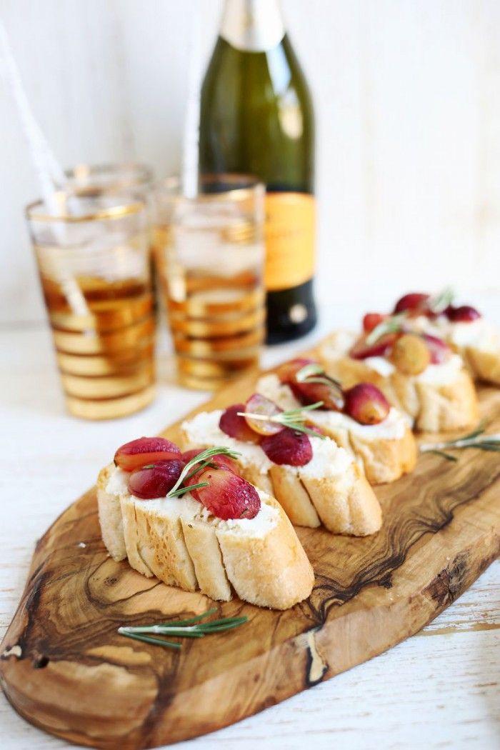 Tolles Fingerfod Rezept. Im Ofen geröstete Weintrauben mit Ziegenkäse Baguette und Honig, guten Appetit. Noch mehr tolle Rezepte gibt es auf www.Spaaz.de