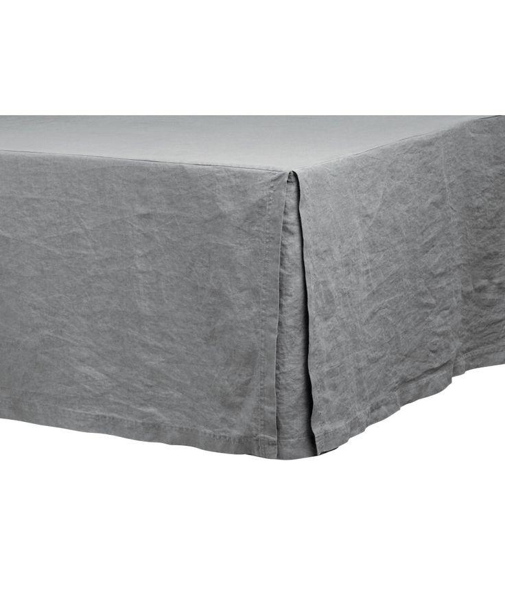 Sieh's dir an! PREMIUM QUALITÄT. Betthusse aus gewaschenem Leinen mit Oberseite aus Baumwolle/Polyester und dreiseitigem, 45 cm hohem Skirting. Durch Trocknen im Wäschetrockner bleibt die Weichheit des Leinens erhalten. – Unter hm.com gibt's noch viel mehr.