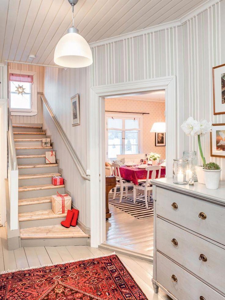 Eteisen vanhassa lipastossa on kaunis, alkuperäinen väritys. Punaiset itämaiset matot otetaan esille aina jouluksi. | ASTU VANHAN AJAN JUHLAAN | Koti ja keittiö