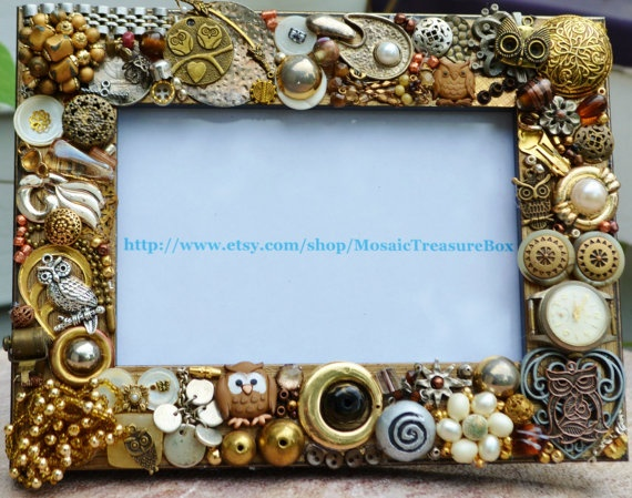 owl mosaic picture frame @magdalena1116 We need to go to Hobby Lobby and get unpainted frames to decorate with our miscellaneous buttons and broken jewelry. FUN!!