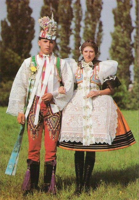 Nevěsta a ženich z Podluží, jižní Morava, kroje z poloviny 20.století.