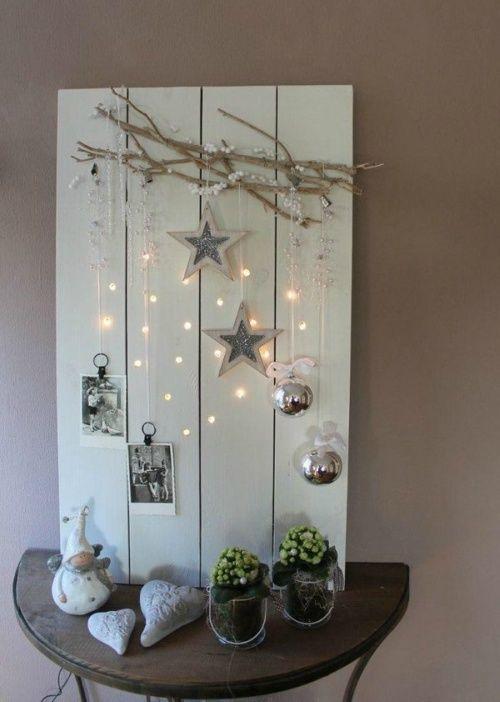 Bord met decoratie met kerstverlichting