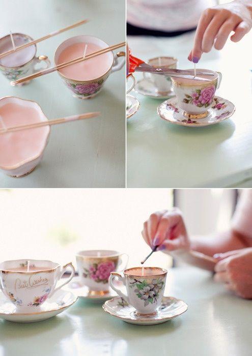 Haz estas divertidas velas en tazas de cerámica como souvenirs economicos para casamiento