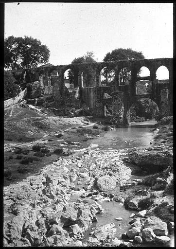 Izmir Devant l'aqueduc, le lit asséché du fleuve PhotographeRoy, Lucien (architecte) Date prise vue 1908