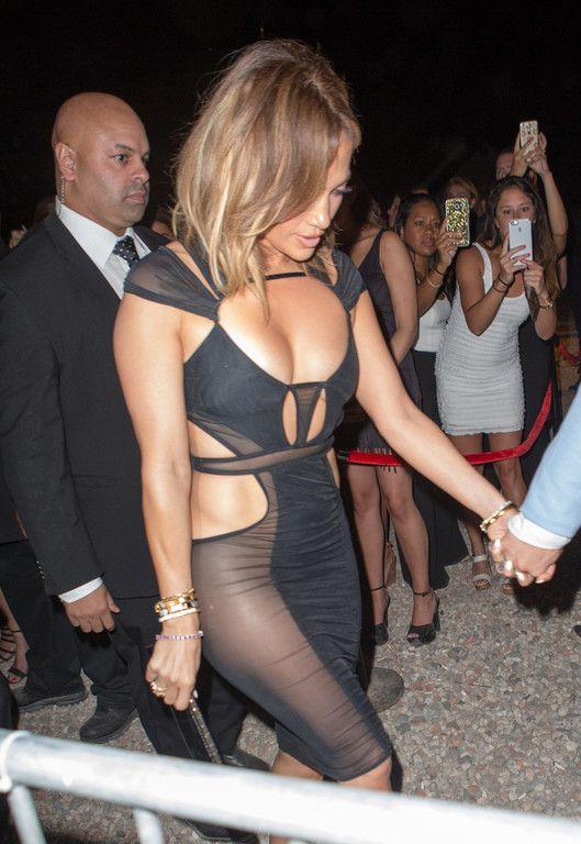 Jennifer Lopez sans culotte dans une robe ultra-sexy pour ...