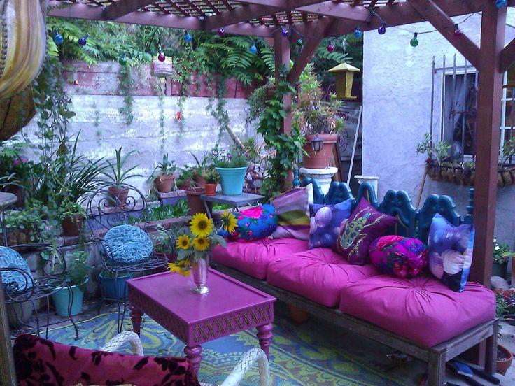 Bohemian patio cojines morados en contraste