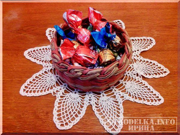 Пошаговый мастер-класс по плетению конфетницы из газетных трубочек. Конфетница отлично впишется в любой интерьер квартиры.