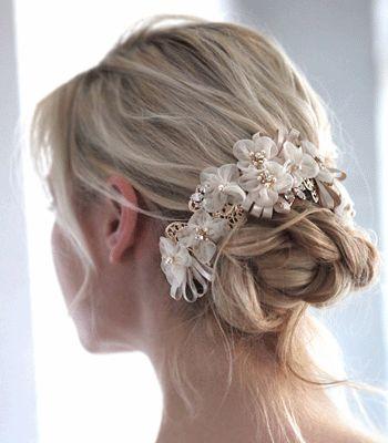 様々なヘアスタイルに合わせて使いやすい三日月シルエット土台のヘッドアクセサリー。メタルレースの上に紫陽花のような小花モチーフとリボンが可愛らしいデザインです. http://www.monsoon-bazaar.com/citta/Ithh586SG.html #wedding #bridal #weddingaccessory #bride #weddingjewelry  #costumejewelry #vintage  #headpiece  #madeinjapan #tokyo #fashion #swarovski #crystal #pearl #tamara #citta #studiobarrack #design    #ウェディングアクセサリー #ブライダルアクセサリー #ウェディングドレス  #結婚式 #花嫁 #プレ花嫁 #卒花嫁  #コスチュームジュエリー #ヴィンテージ #ウェディングアイデア  #ウェディングアイテム #25ansウェディング #スタジオバラック #タマラ